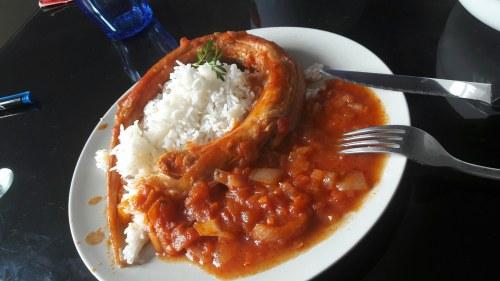 Roussette à la sauce tomate et cuite au four