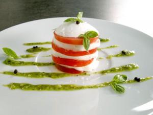 Mozzarella et tomate en pyramide