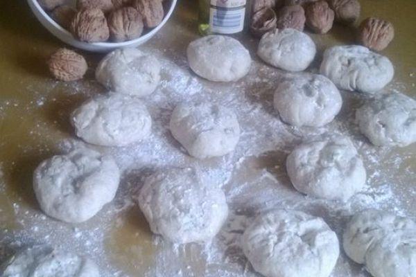 Recette Petits pains de seigle, noix et roquefort