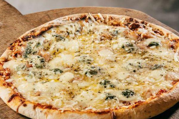 Recette Pizza mozzarella-gorgonzola-chèvre-parmesan et origan