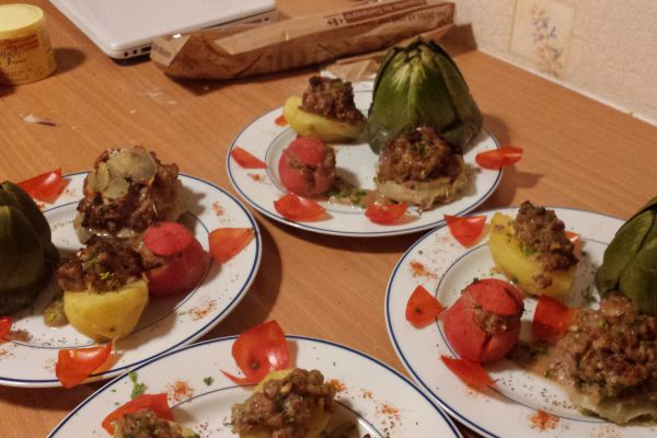 Légumes farçis ( pomme de terre , tomates , coeur d'artichaud