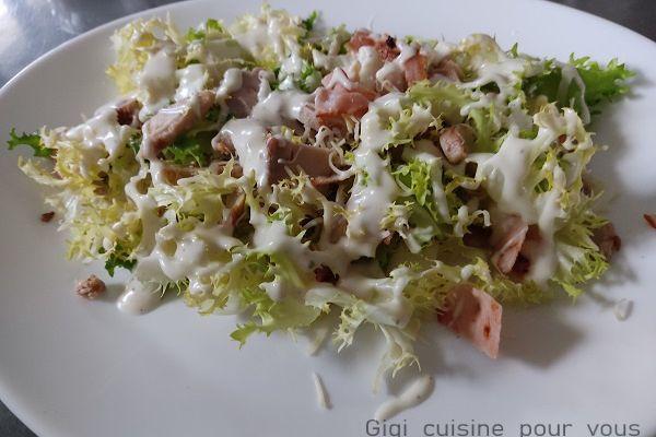 Salade frisée au poulet & bacon avec sauce César maison