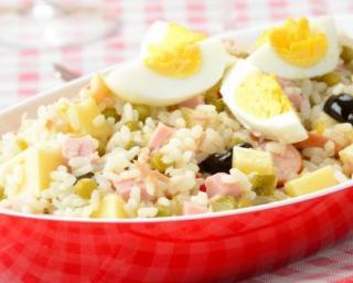 Recette Salade de riz aux pommes de terre, dés de jambon et oeuf dur
