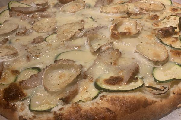 Recette Pizza blanche au poulet grillé courgette chèvre miel