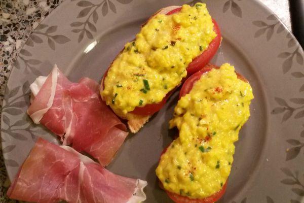 Tartines aux oeufs brouillés et jambon cru