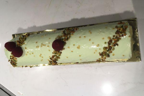 Bûche pistache, framboise, génoise au chocolat blanc