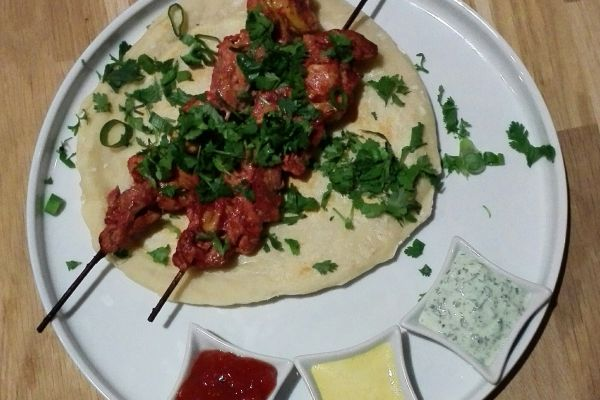 Brochette de poulet tandori et naans au fromage