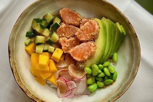 Recette Poke Bowl saumon mi-cuit, sésame, riz et mangue