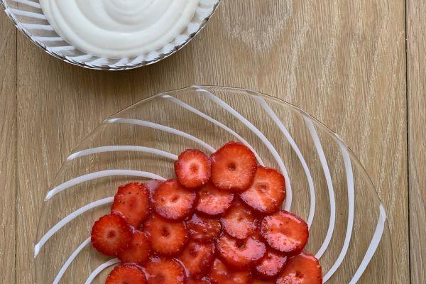 Fraises à la rose et chantilly au fromage blanc de Cyril Lignac